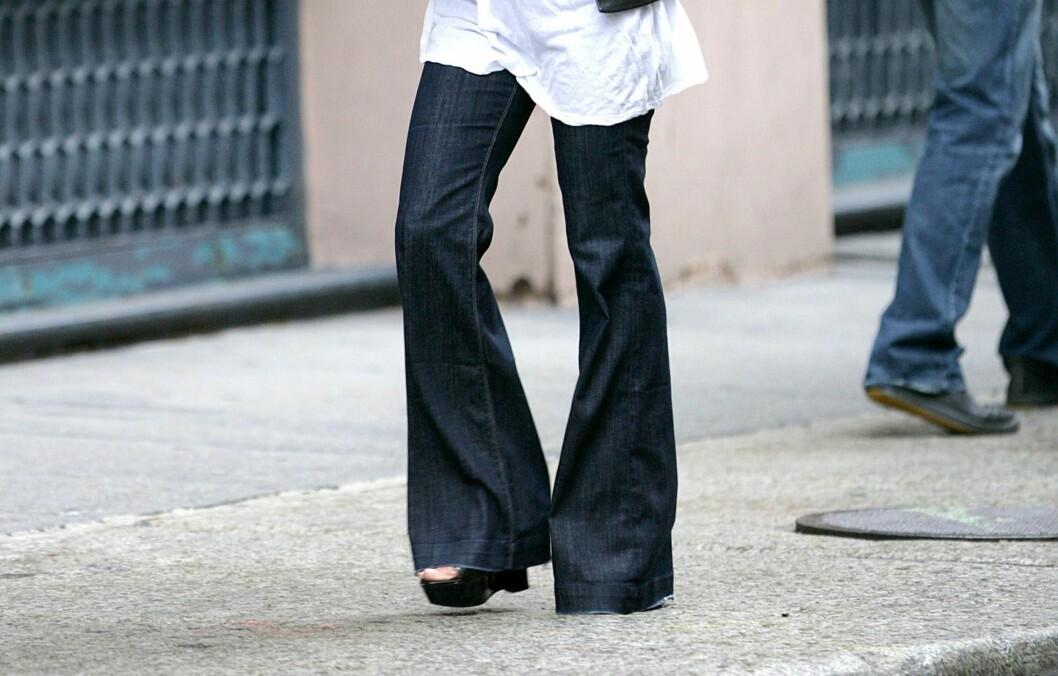 <strong>TIL BAKKEN:</strong> Superstylist Rachel Zoe mener at buksene dine bør nå nesten helt til bakken - uavhengig av hva slags sko du har på.  Foto: All Over Press