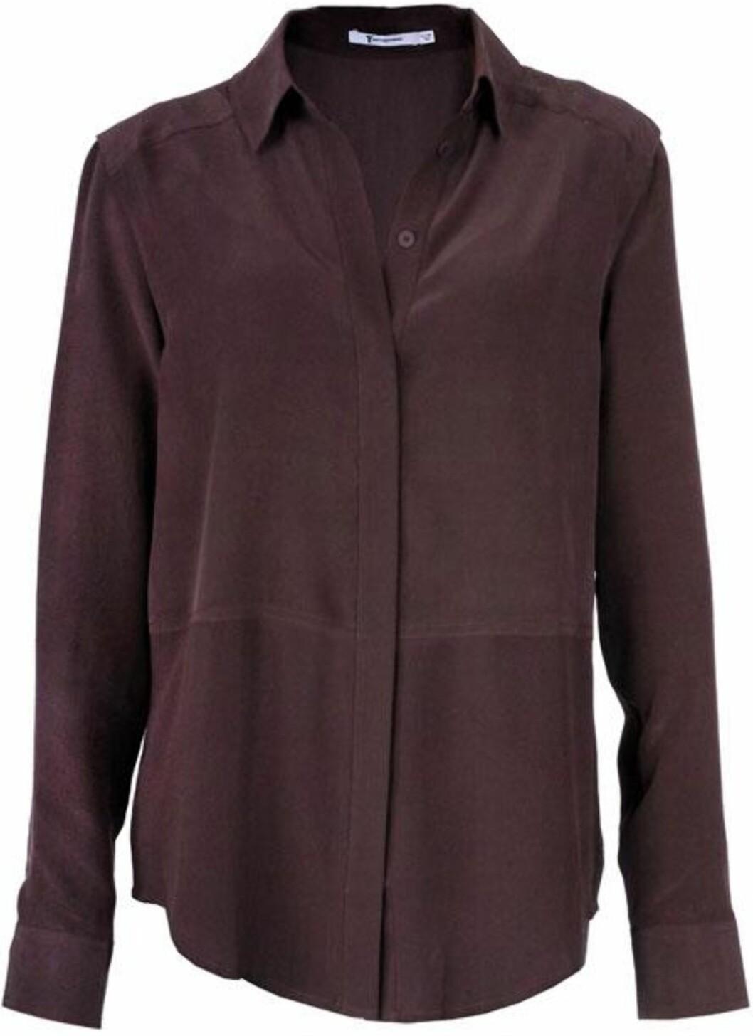 <strong>HVERDAGS OG FEST:</strong> Auberginefarget klassisk bluse i 100 prosent silke fra T by Alexander Wang (kr.1700/Fashionmixology.no). Bruk den til skjørt eller smale bukser med hæler til fest. Til hverdags blir den ekstra stilig med en genser over slik at kragen kommer fram. Foto: Produsenten