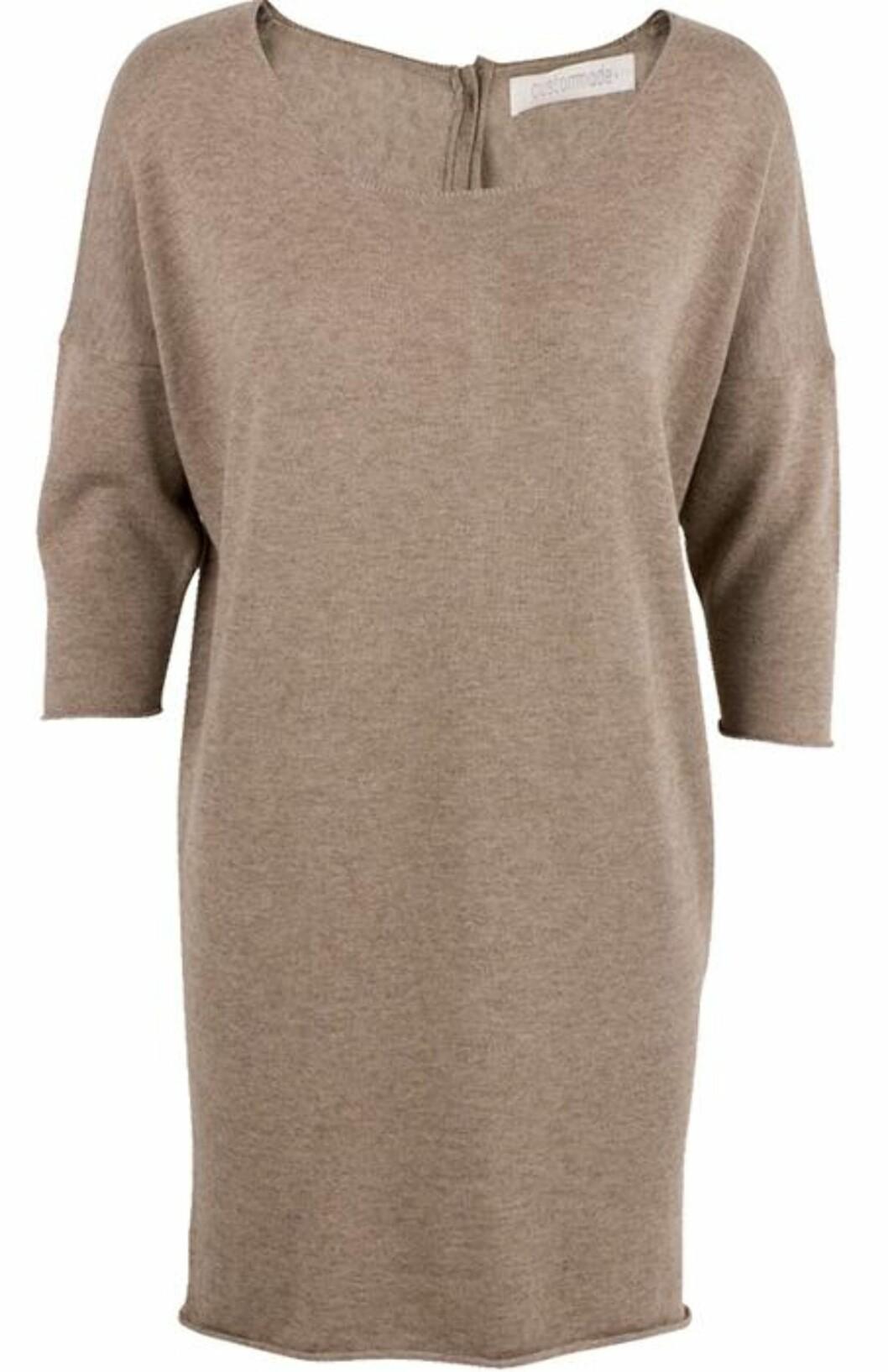 <strong>DRESS OPP ELLER NED:</strong> Kamelfarget kjole med halvlange ermer fra Custommade (ca kr.1030/Musthaves.dk). Kjolen er så enkel og ren i seg selv, at her har tilbehør mye å si. Dress den opp med et kraftig halskjede og høye støvletter. Dress ned med røffe strømper og boots.Kjolen er laget i en ullblanding (15 prosent kasjmir, 15 prosent ull, 15 prosent bomull, 4 prosent angora, 33 prosent viskose og 18 prosent nylon).  Foto: Produsenten