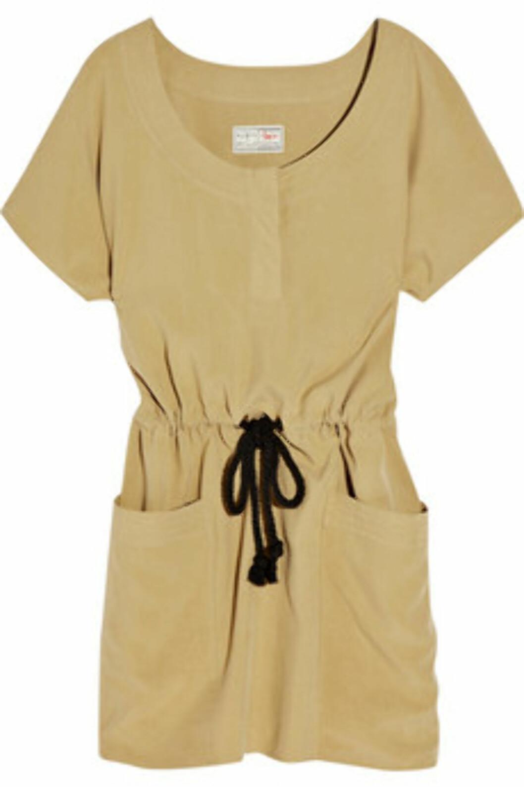 <strong>100 % SILKE:</strong> Kakifarget kjole i 100 prosent silke fra Aubin & Willis (ca kr.1730/Net-a-porter). Hold varmen med en langermet genser under i høst. Foto: Produsenten