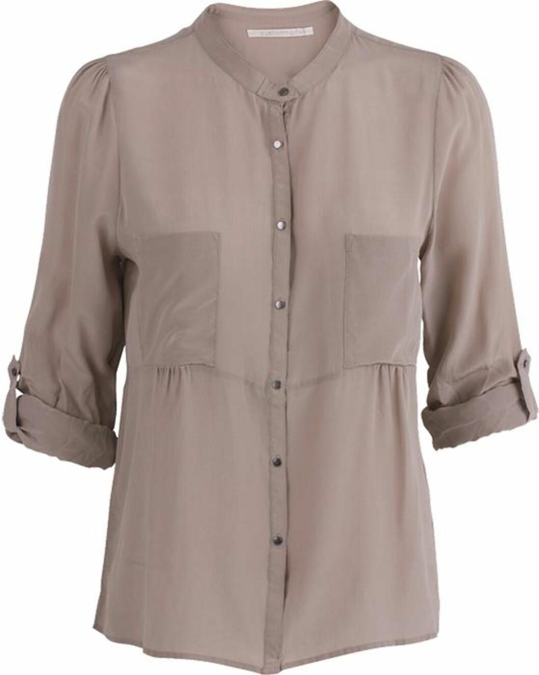 <strong>FEMININ OG MASKULIN:</strong> Pudderfarget bluse med kinakrage fra Custommade, i 100 prosent silke (ca kr.1030/Musthaves.dk). Bruk den oppi et skjørt for feminint uttrykk eller til ankellange herrebukser hvis du foretrekker det androgyne. Foto: Produsenten