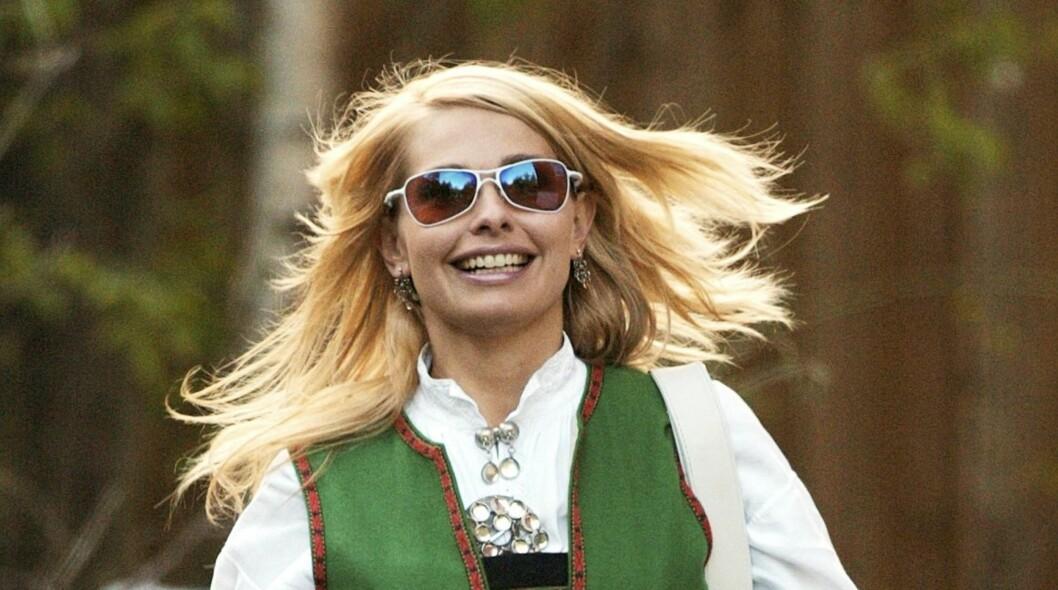 DISKRETE SOLBRILLER: Bunad og glorete solbriller hører ikke sammen. Dropp brillene med de mest flashy logoen. Elin Tvedts briller funker fint til hennes bunad.  Foto: Se og Hør