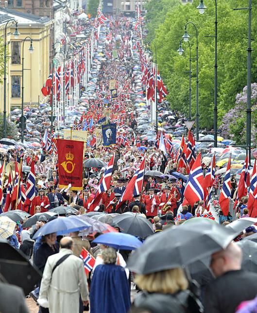 VELG NØYTRAL PARAPLY: Bruk en ensfarget, mørk paraply dersom det skulle regne på 17. mai. Foto: All Over Press