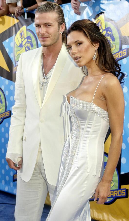 FASADE: Herr og fru Beckham fotografert under MTV Movie Awards i Los Angeles i 2003. Det er på dette tidspunktet Beckham skal ha hatt et forhold til sin personlige assistent Loos. Foto: NTB Scanpix