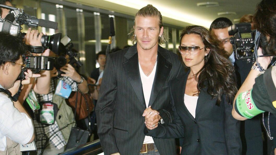 DAVID OG VICTORIA BECKHAM: Victoria og David Beckham er et av verdens mektigste kjendispar, og har opplevd både opp og nedturer. På begynnelsen av 2000-tallet stormet det ekstra mye rundt superparet - da David Beckham angivelig skal ha vært utro. Her er paret fotografert på flyplassen i Tokyo i 2003. Foto: NTB Scanpix
