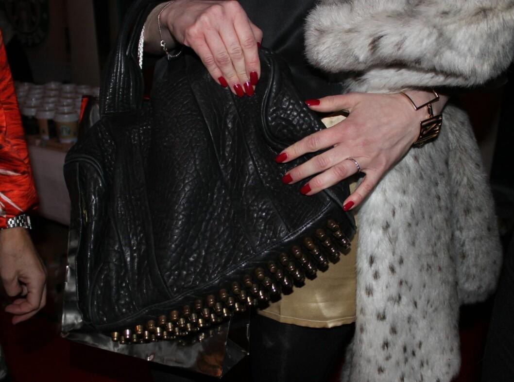 <strong>ALEXANDER WANG:</strong> Skuespiller Marian Saastad Ottesen holdt godt om sin trendy Alexander Wang-veske, som var det dyreste hun hadde på seg onsdag.  Foto: Adéle C. Blystad