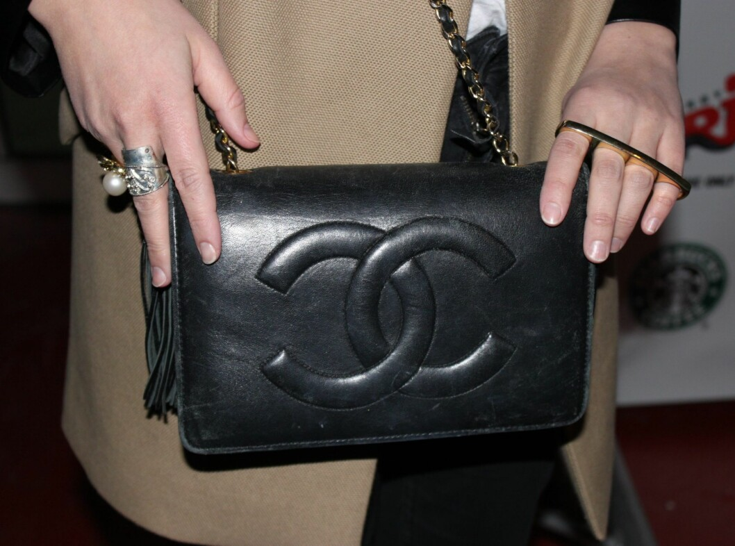 <strong>CHANEL:</strong> Anne Berits dyreste accessoir/plagg var denne vintage Chanel-vesken. Hun ville ikke si hvor mye den kostet, men var tydelig fornøyd.  Foto: Adéle C. Blystad