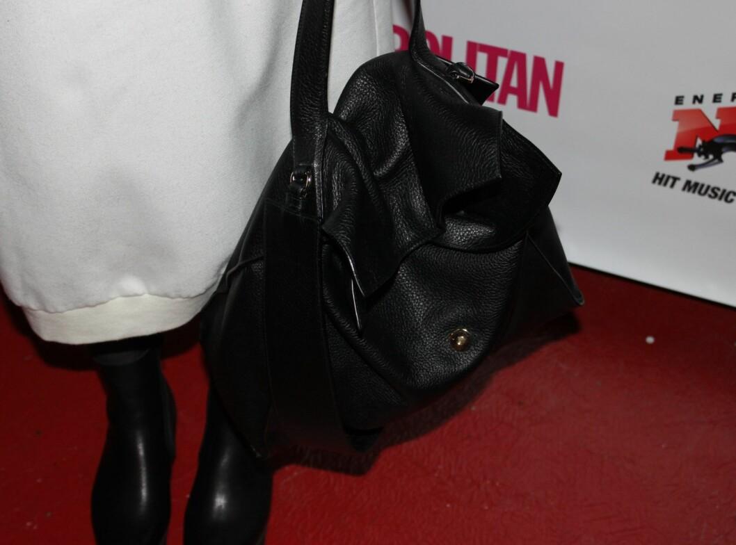 <strong>JILL SANDER:</strong> - Denne vesken fra Jill Sander er helt klart det dyreste jeg har på, sier Maria til KK.no.  Foto: Adéle C. Blystad