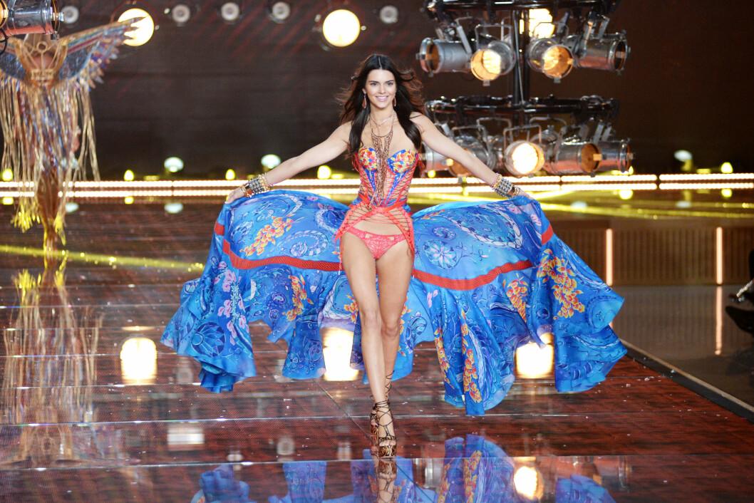 VICTORIA'S SECRET: Kendall Jenner går ned den berømte catwalken for første gang. Foto: SipaUSA