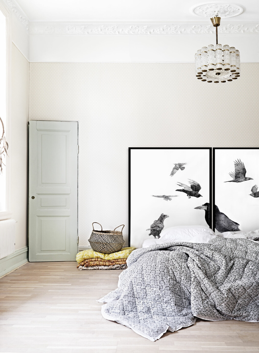 SPARTANSK SOVEROM: Enkelt og nesten japansk stil på soverommet. Bildene er malt av en venn og fungerer som sengegavl.  Foto: Sara Svenningrud