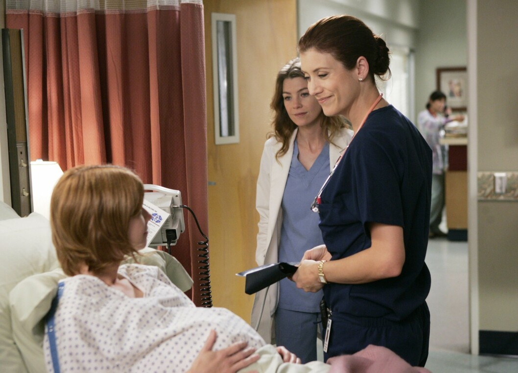 TV-STJERNE: Kate Walsh er best kjent som Addison Montgomery fra blant annet «Grey's Anatomy». Her i en scene fra 2005 med hovedrolleinnhaver Ellen Pompeo. Foto: TOUCHSTONE TELEVISION / Album