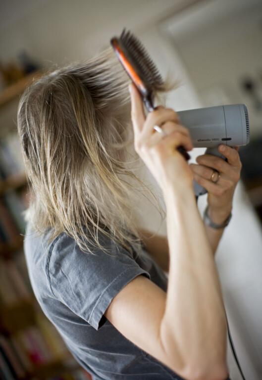 <strong>SKADER HÅRET:</strong> Håret vårt tåler mye, men all varmebehandling kan gjøre det slitt.  Foto: Scanpix
