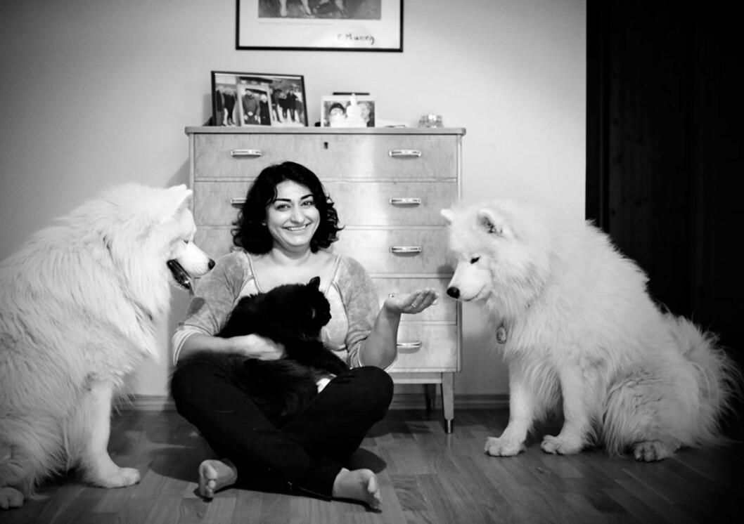 PÅ TUR MED HUNDENE: Shabana elsker de to hundene sine, og går ofte turer med dem nå - noe hun var redd for å gjøre før.
