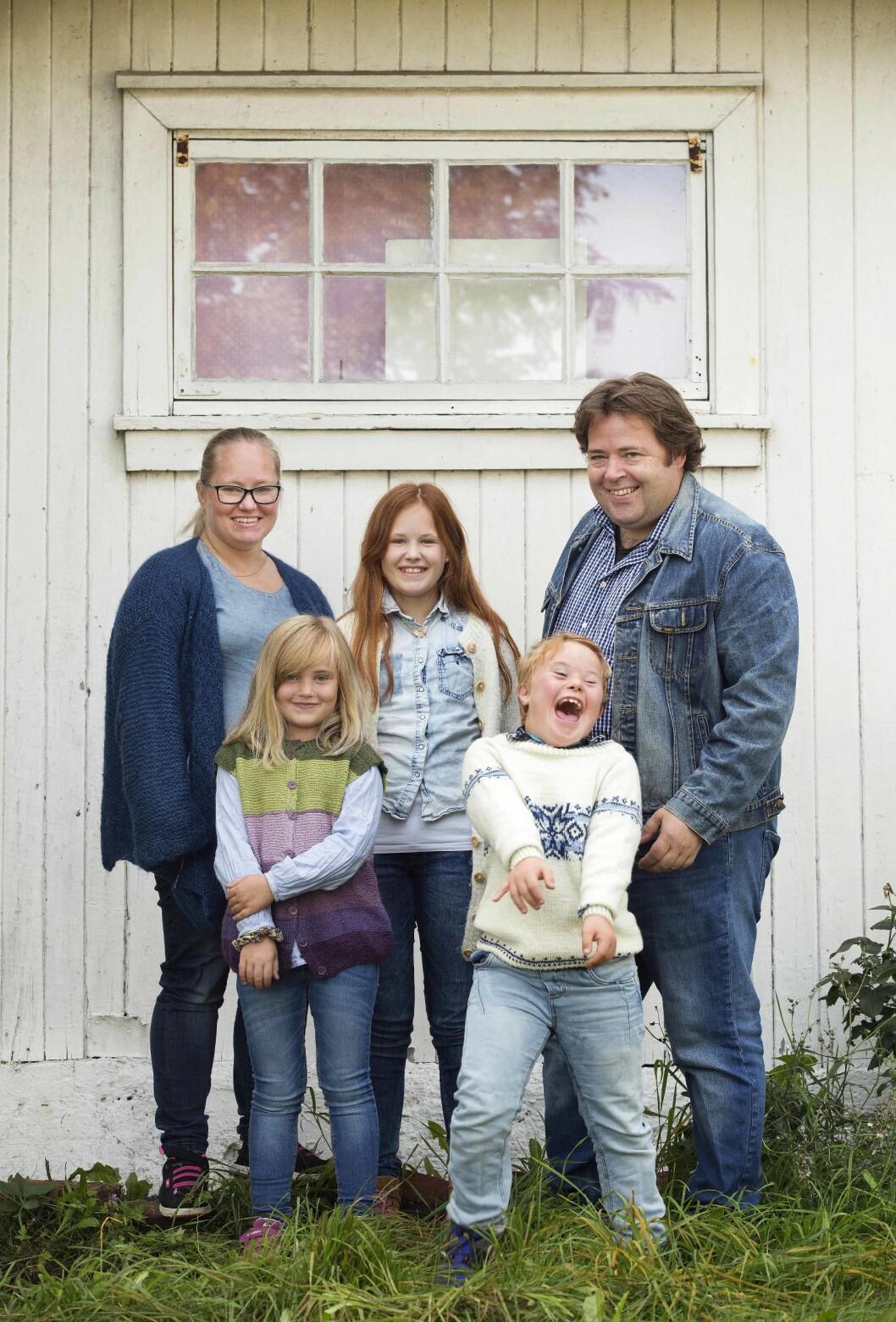 FAMILIE PÅ FEM: Både Jill og Ronnie var glade de fikk vite om Asks kromosomfeil på forhånd, så de var godt forberedt og tok imot ham med glede. Foto: Sverre Chr. Jarild