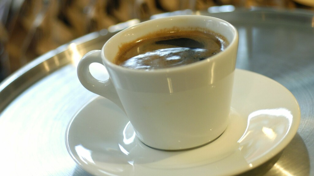 Nytrukket svart, kaffe i hvit kopp. Americano. Kafé. Oslo. KAFFE: Vi vet at kaffe er sunt, men hvor mange kopper er det egentlig greit å drikke om dagen? Det har eksperten gitt oss svaret på.  Foto: Samfoto