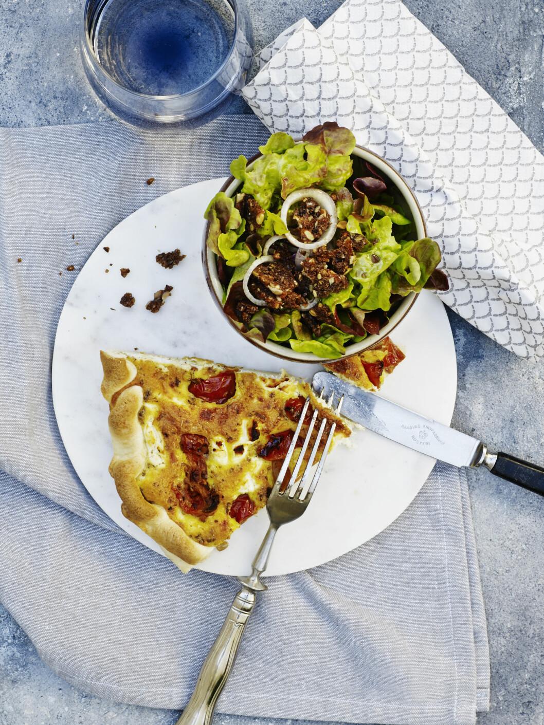 """TOMATQUICHE: Lei av en """"vanlig middag""""? Denne oppskriften garanterer vi faller i smak. Foto: Line Falck"""