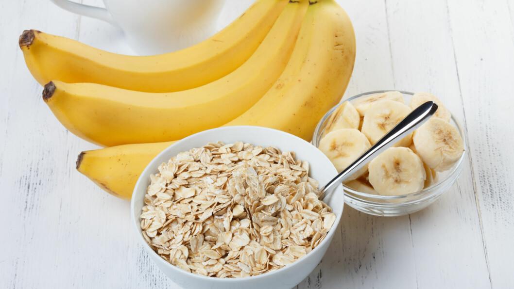 <strong>MAT DAGEN DERPÅ:</strong> Når fyllesyken har slått inn gjør du lurt i å spise en skål med havregrøt eller en banan.  Foto: Dmytro Sukharevskyy - Fotolia