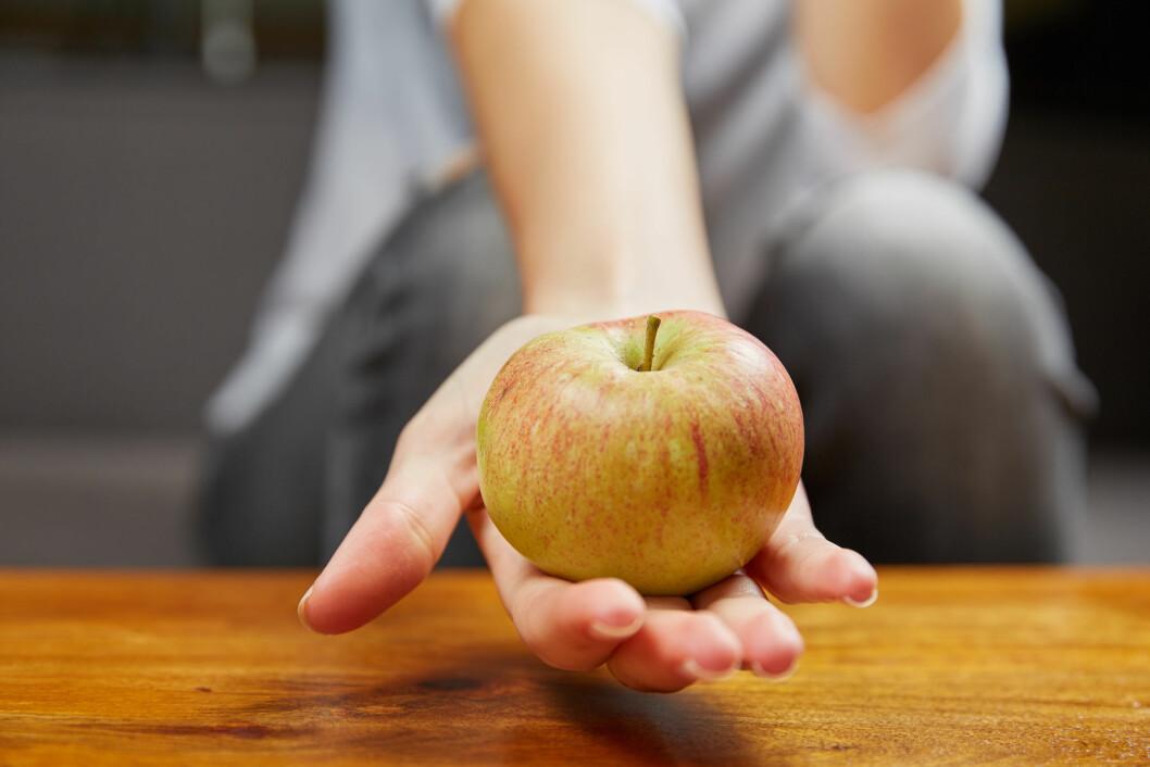 SPIS ET EPLE: Årsaken til at epler er effektive mot hvitløksånde, er at de inneholder stoffet polyphenols, som demper det illeluktende stoffet i hvitløken.  Foto: Peter Mayer - Fotolia