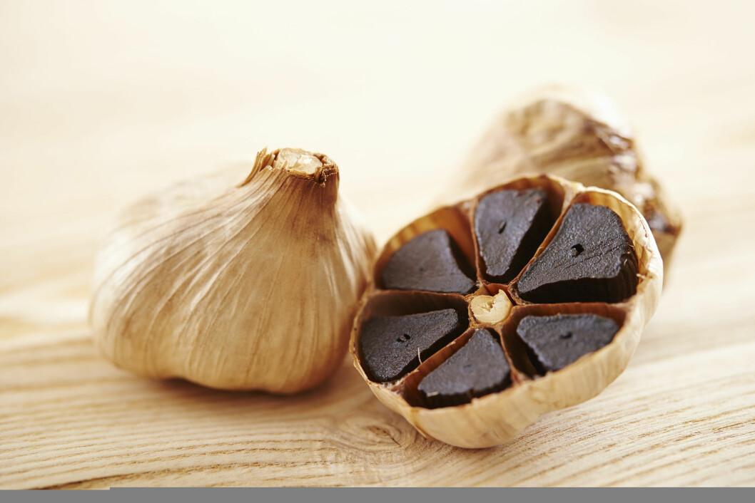 SORT HVITLØK: Sort hvitløk har en mildere smak enn vanlig hvitløk, og gir dermed ikke hvitløksånde.  Foto: mnimage - Fotolia