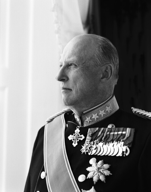 EN RYSTET KONGE: Kong Harald tok terrorbudskapet med stor sorg, og sendte sin kondolanse og sin medfølelse til det franske folk allerede lørdag formiddag. Foto: Cathrine Wessel, Det Kongelige Hoff