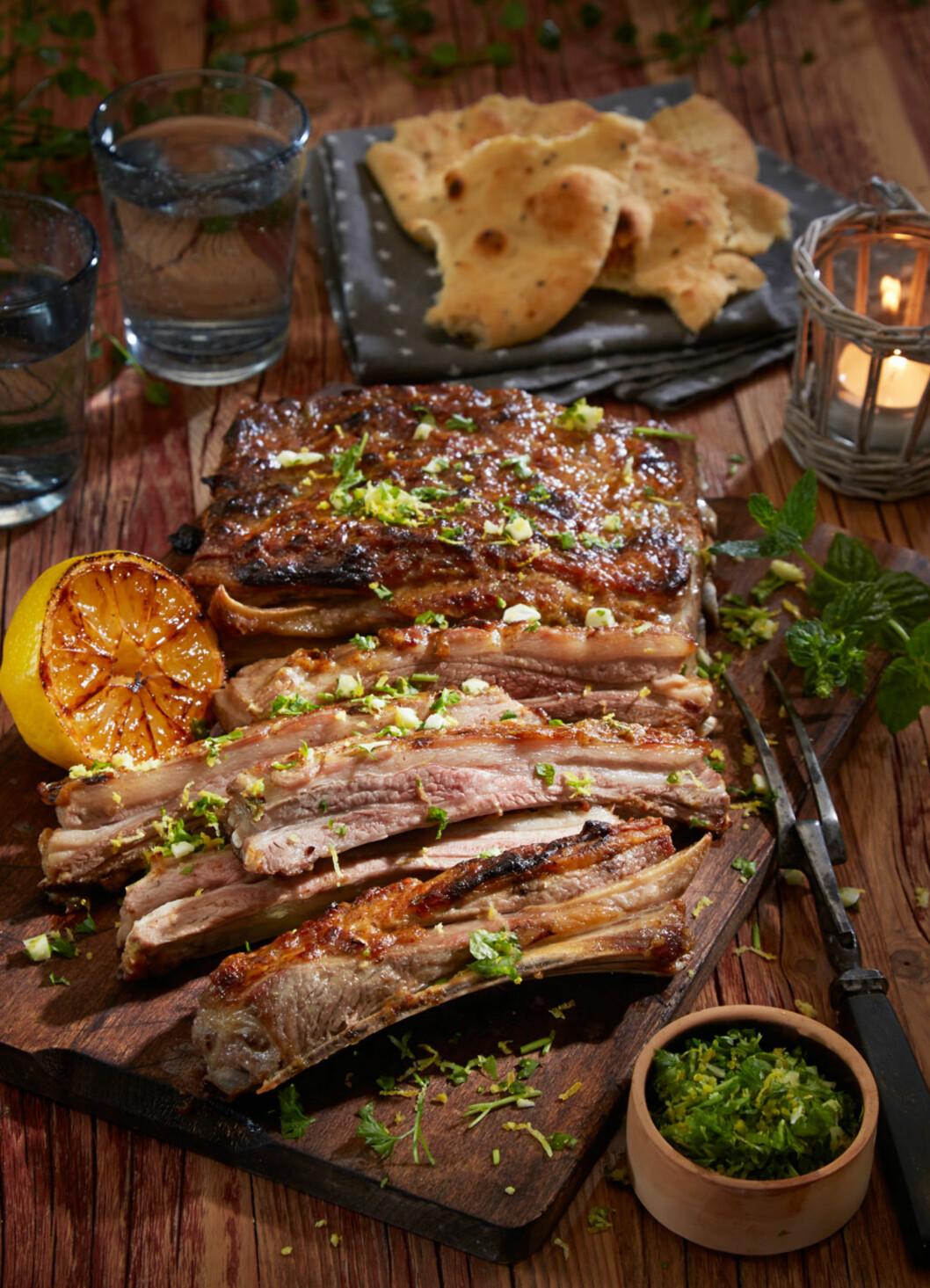 LAMMERIBBE MED GREMOLATA: Lammeribbe er røff og ujålete mat som egner seg til et enkelt måltid med gode venner eller på tapasbordet. Her er det nesten påbudt å spise med fingrene! Foto: Synøve Dreyer