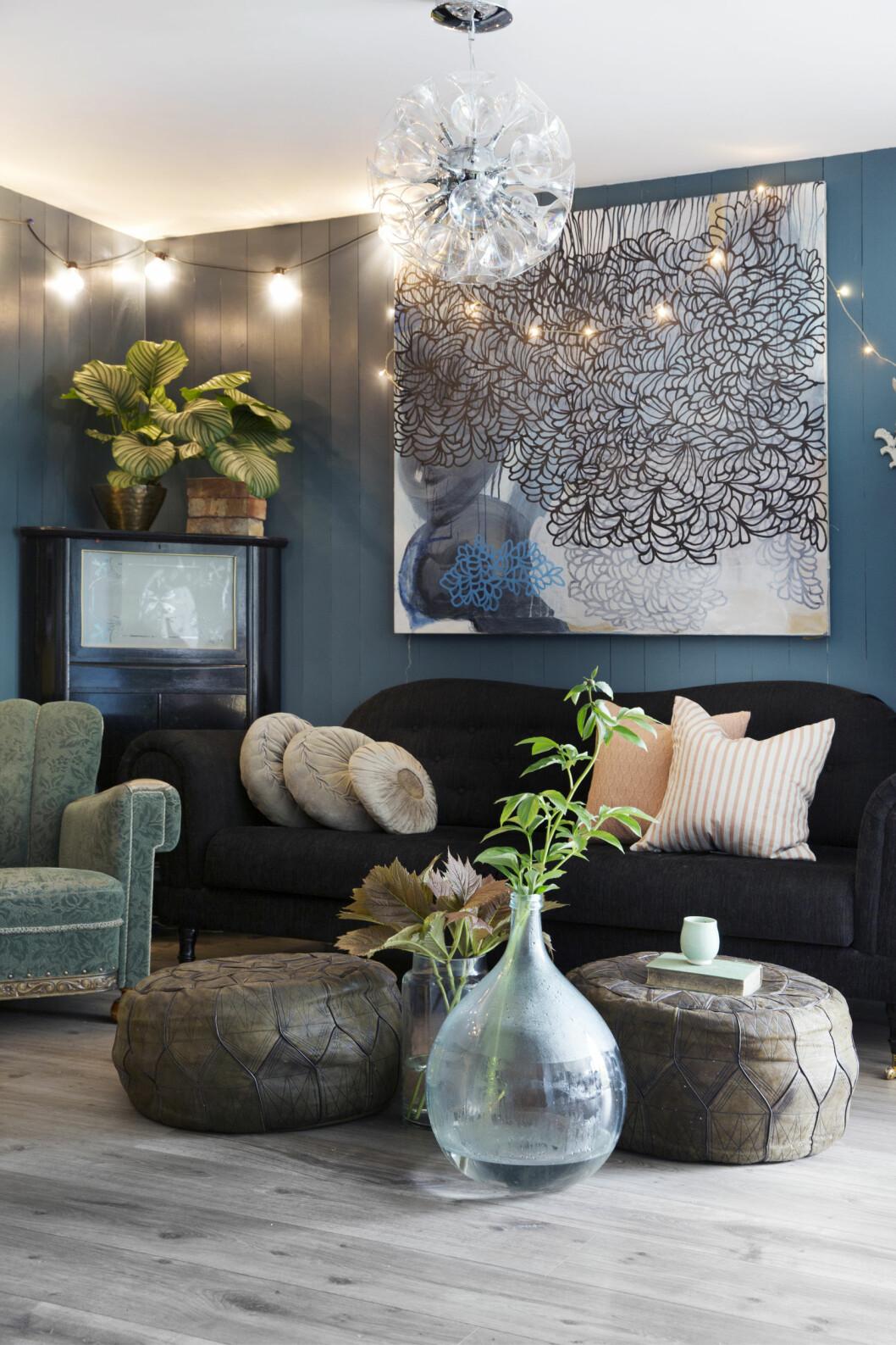 Sofaen er ny, men barokkinspirert. Maleriet over sofaen er av Renata Wyss. — Det blir jeg aldri lei av, jeg kjøpte det for åtte-ni år siden og det er nytt for meg hver gang jeg ser på det. Det er noe av det som er så deilig med kunst.  Foto: Yvonne Wilhelmsen