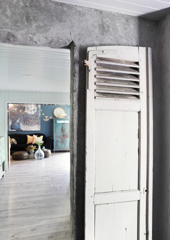 Når veggen blir strippet ned til betongen, og dørene blir byttet ut med antikke funn, er det ikke mye som minner  om en klassisk , norsk tomannsbolig! Foto: Yvonne Wilhelmsen
