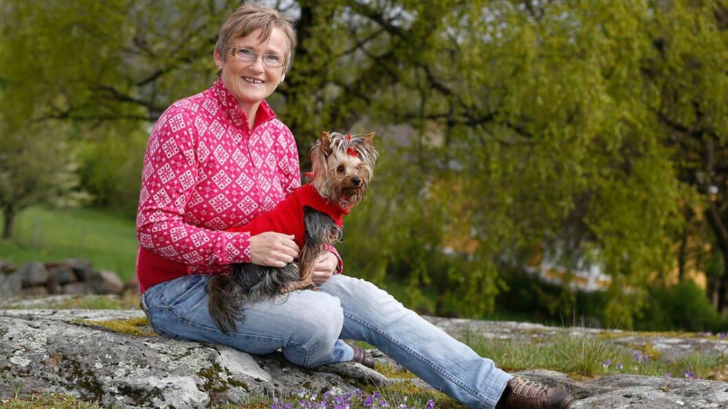 <strong>MARIANNE SLITER MED ARTROSE/SLITASJEGIKT:</strong> -Det er kjempedeilig å komme seg ut, selv på dager når leddene verker mye. Etter hvert blir smertene svakere, og leddene mykere, sier Marianne Lund Kristoffersen som går tur med hunden Tilla nesten hver dag. Foto: Petter Holskjær