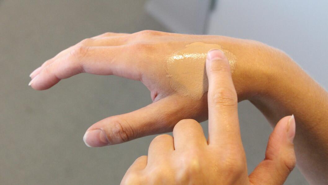 FOUNDATION: Er det slik du finner riktig farge? Ifølge makeupartist Stephan Øien er den annen kroppsdel som egner seg mye bedre! Foto: KK.no