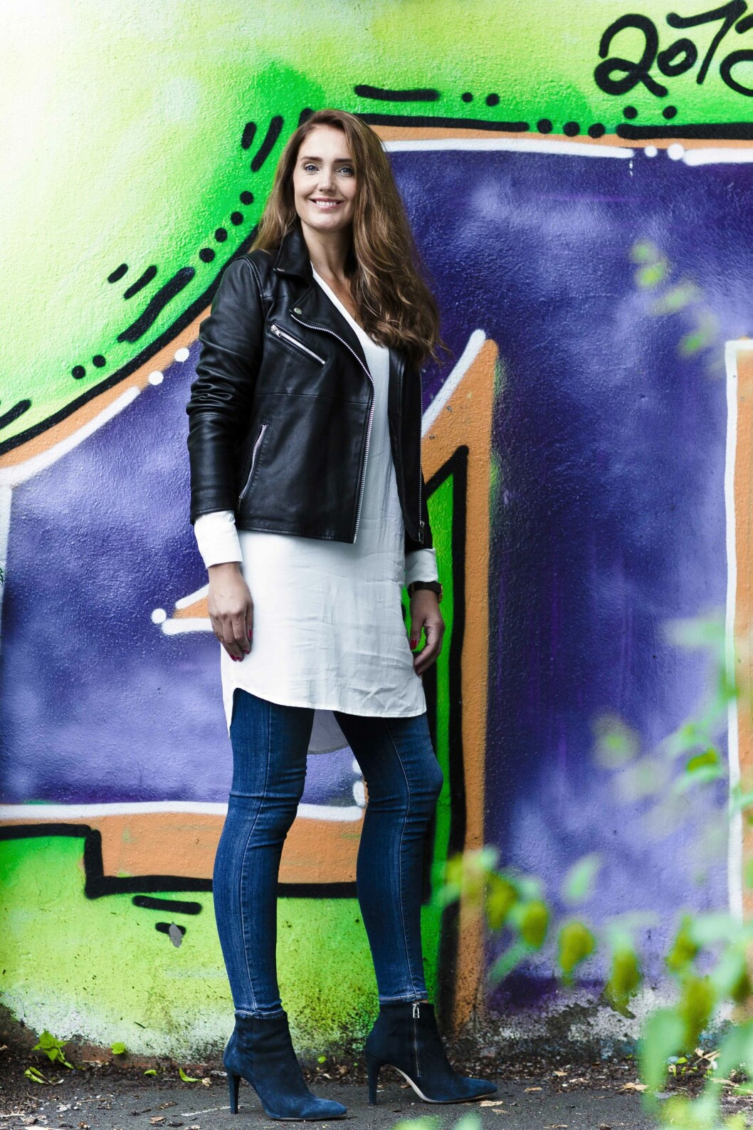 <strong>TØFF LOOK:</strong> Smale jeans funker til det meste, også under en enkel skjortekjole. Sleng en skinnjakke over for en røffere look!  Foto: Astrid Waller