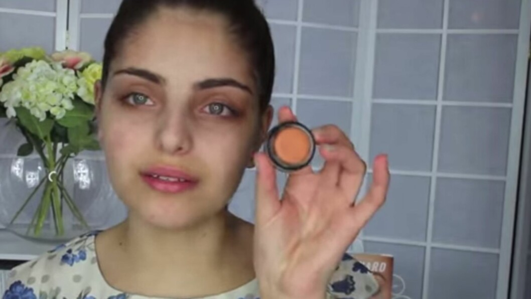 <strong>ORANSJE CONCEALER:</strong> Synes du det er sjenerende med mørke ringer under øynene? Prøv makeupartist Heidi Hamouds triks! Lenger ned i artikkelen kan du se videoen hun har laget og lære hvordan det gjøres.  Foto: Heidihamoud.com