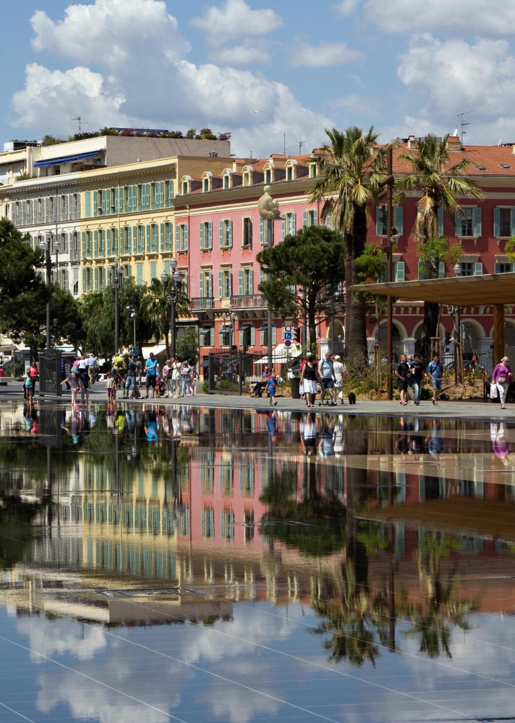 Byens hjerte: Bygningene på Place Masséna har kolonnader i rødlige farger, karakteristisk for Nice. I gågatene bak plassen ligger bulevardene med designbutikker. Foto: Jytte Boch