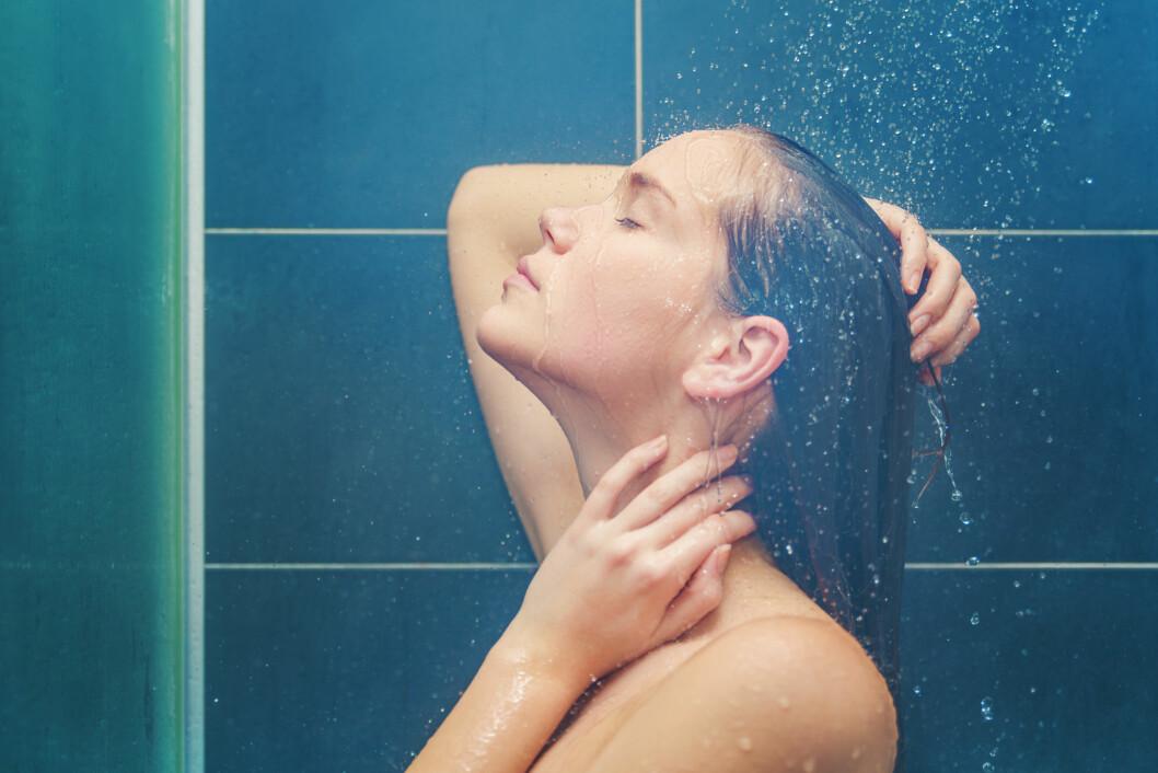 IKKE FOR VARMT: Vasker du håret i for varmt vann kan det ende med at du får fett hår. Foto: carol_anne - Fotolia
