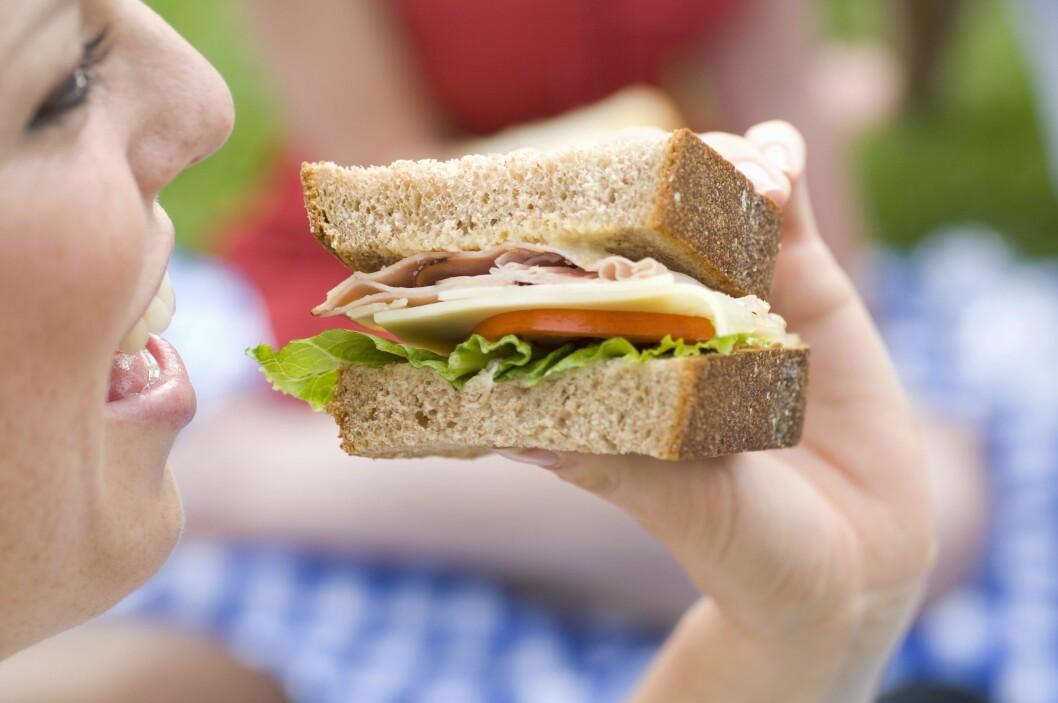 KJAPP MAT: Selv om hverdagen er stressende bør du ikke stresse med måltidene. Det kan gå ut over både fordøyelsen og vekta. Foto: Scanpix/NTB