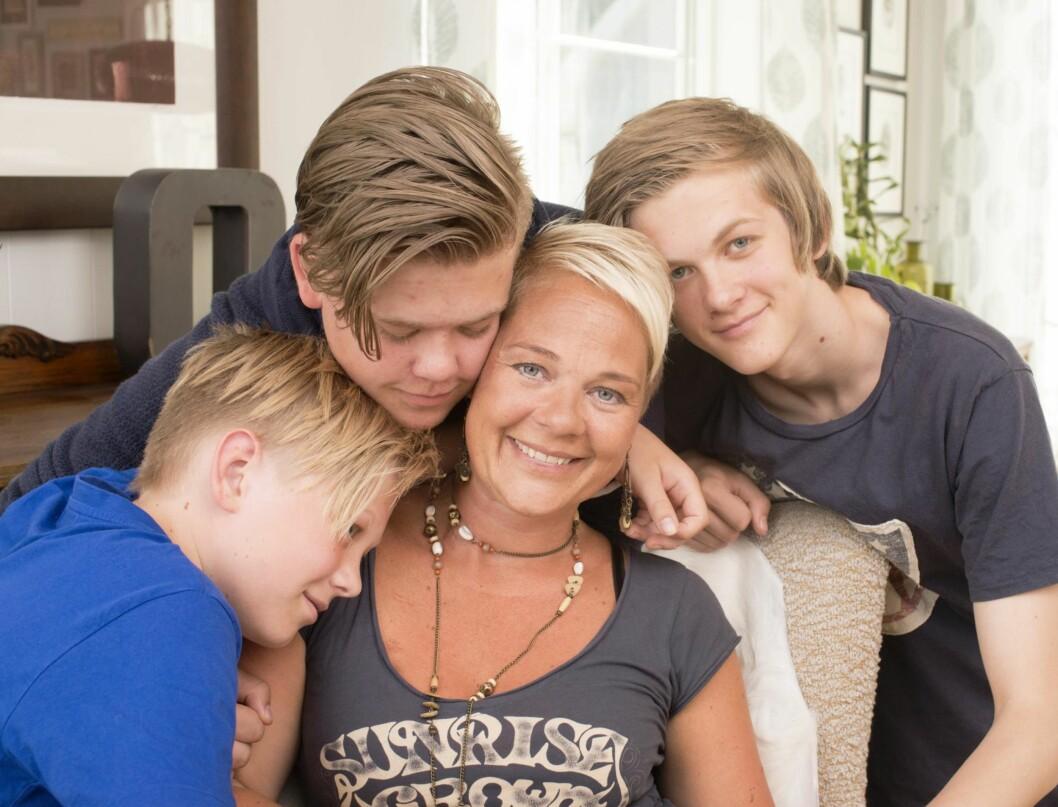 MAMMA ER BEST: Sønnene Martin (18), Simen (16) og Vegard (13) er fantastisk lettet over at blodkreften ser ut til å være borte for godt. Foto: Eva Kylland