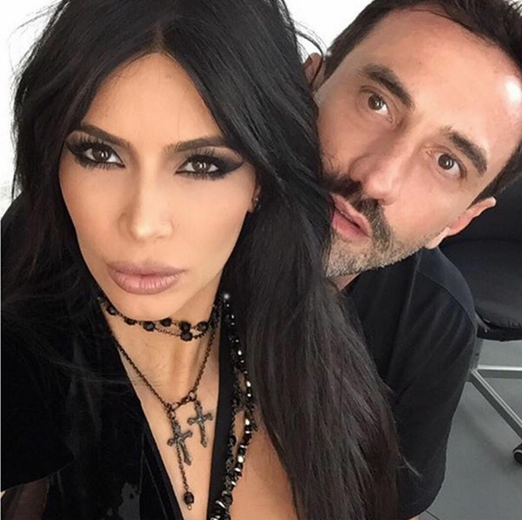 GODE VENNER: Kim Kardashian (34) og Givenchy designer Riccardo Tisci. Foto: Xposure