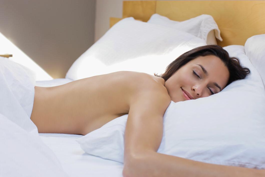 GIR RYNKER: Å sove på magen er kanskje din favoritt når du skal sove, men vær obs på at dette kan gi deg rynker raskere. Foto: Scanpix/NTB