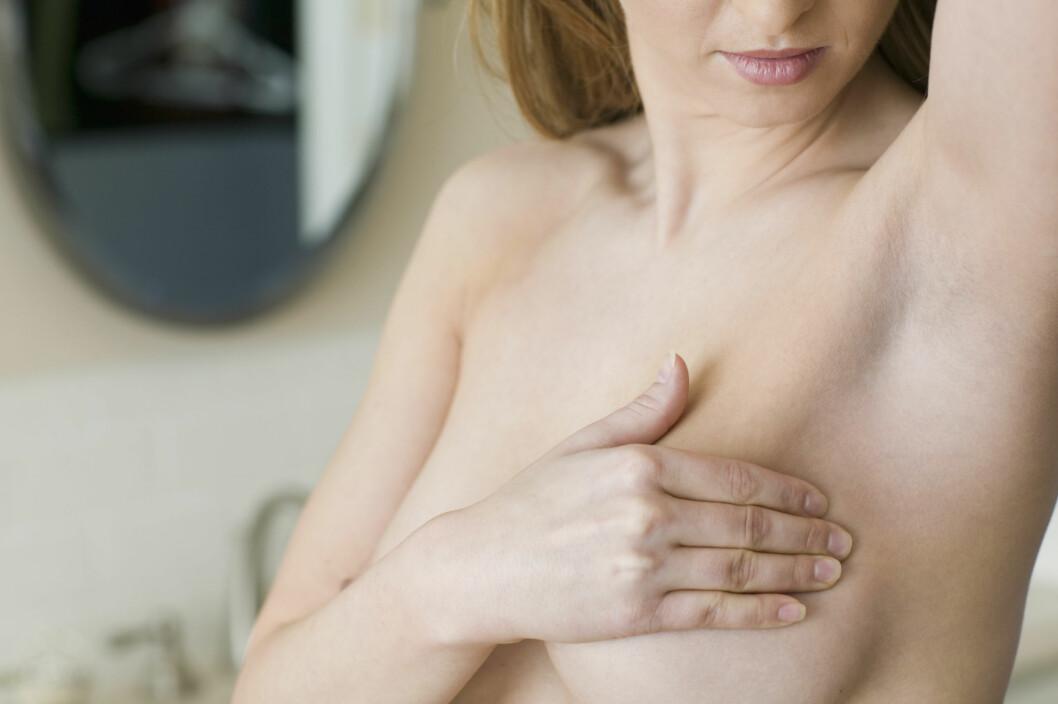 KULER I BRYSTENE: Jevnlig sjekk av brystene er svært viktig for å oppdage eventuell brystkreft i et tidlig stadie. Foto: NTB Scanpix