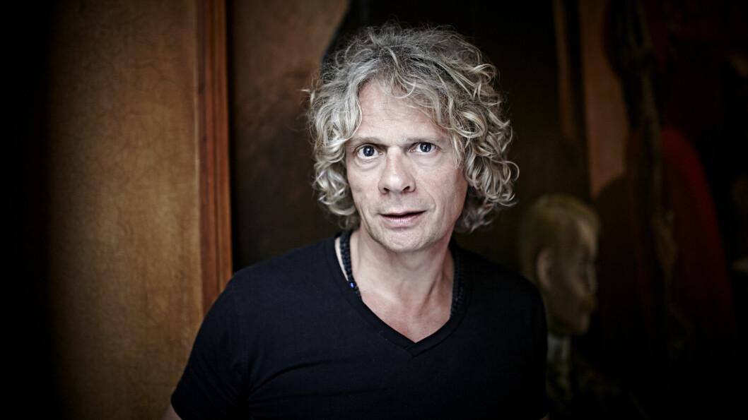 ELSKET FAREN: Vetle Lid Larssen (55) er aktuell med romanen «Hvordan elske en far – og overleve», som er en kjærlighetserklæring til sin avdøde far.  Foto: Geir Dokken