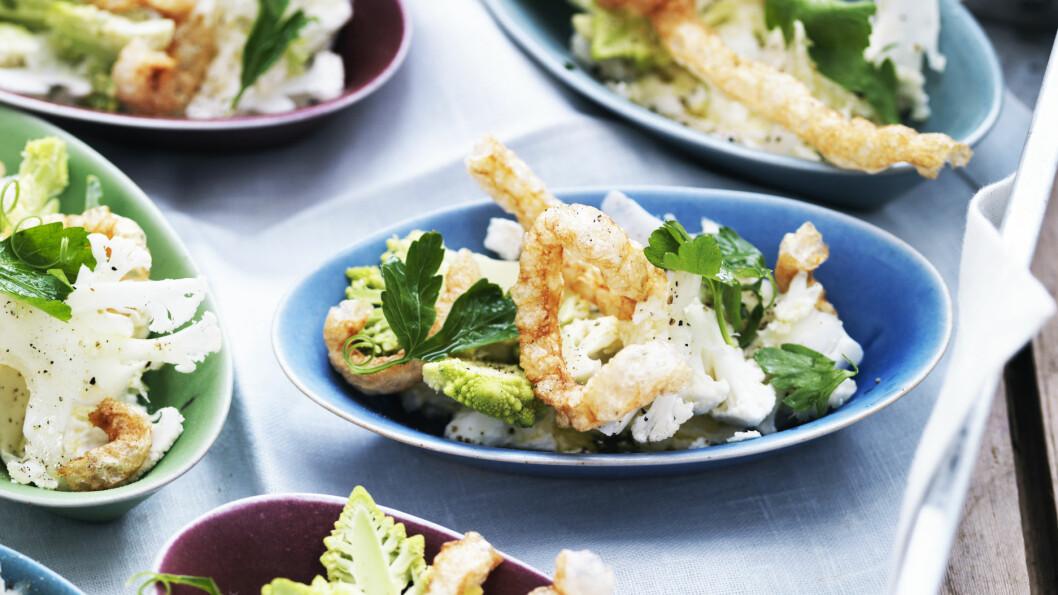 BLOMKÅLSALAT: Spis blomkålsalaten med en liten gaffel, eller bruk svoren som spiseredskap!  Foto: Columbus Leth