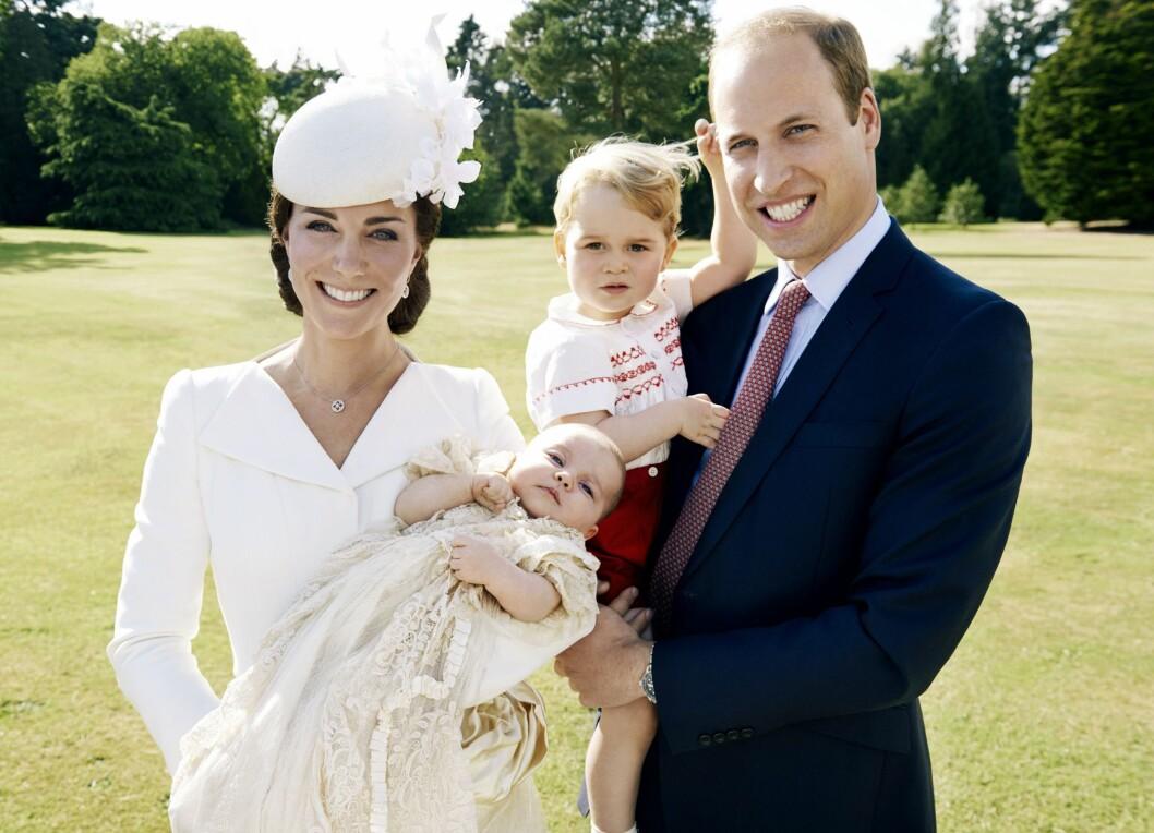 DÅPEN: Etter den private dåpen av prinsesse Charlotte 5. juli, dro hertugparet på en lukket lunsj hos dronningen. Her tok superfotografen Mario Testino bilder av familien, som ble gjort tilgjengelige for pressen noen dager senere. Foto: Epa