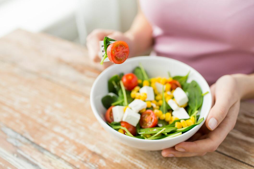 SPISER FOR LITE: En av årsakene til at du ikke går ned i vekt kan være at kroppen din har fått for lite mat over lengre tid og er nå på sparebluss.  Foto: Syda Productions - Fotolia