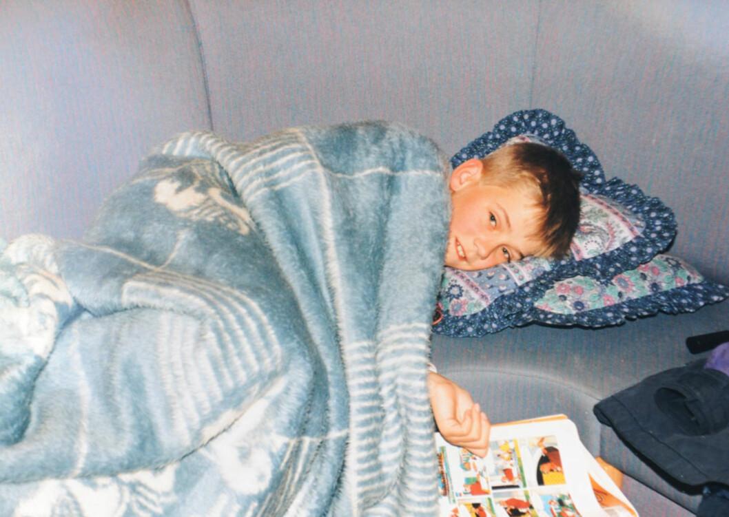 SYK PÅ BESØK: Frode ble syk i barneårene. På bildet har han måttet legge seg, mens de andre hadde det morsomt.   Foto: Privat