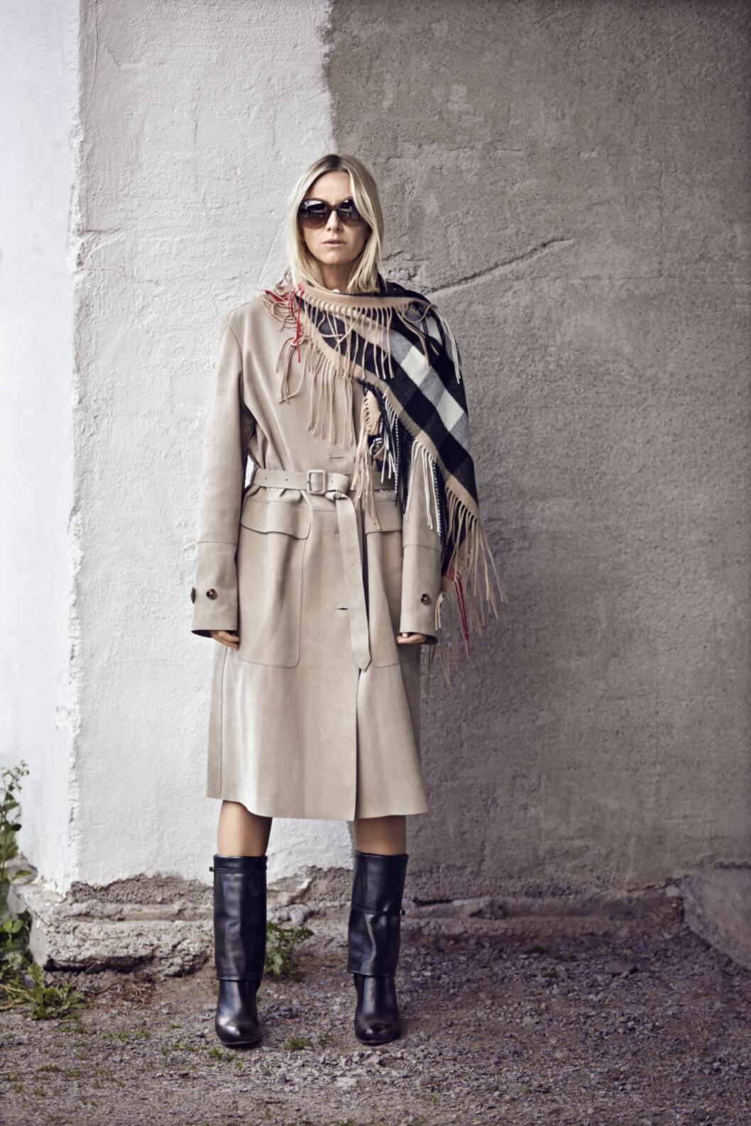 Profilert moteblogger i ny kampanje: Celine Aagaard sin favorittlook fra kampanjen. Klassisk trenchcoat og kasjmirskjerf i Burberrys ikoniske mønster.  Foto: Truls Qvale/Burberry