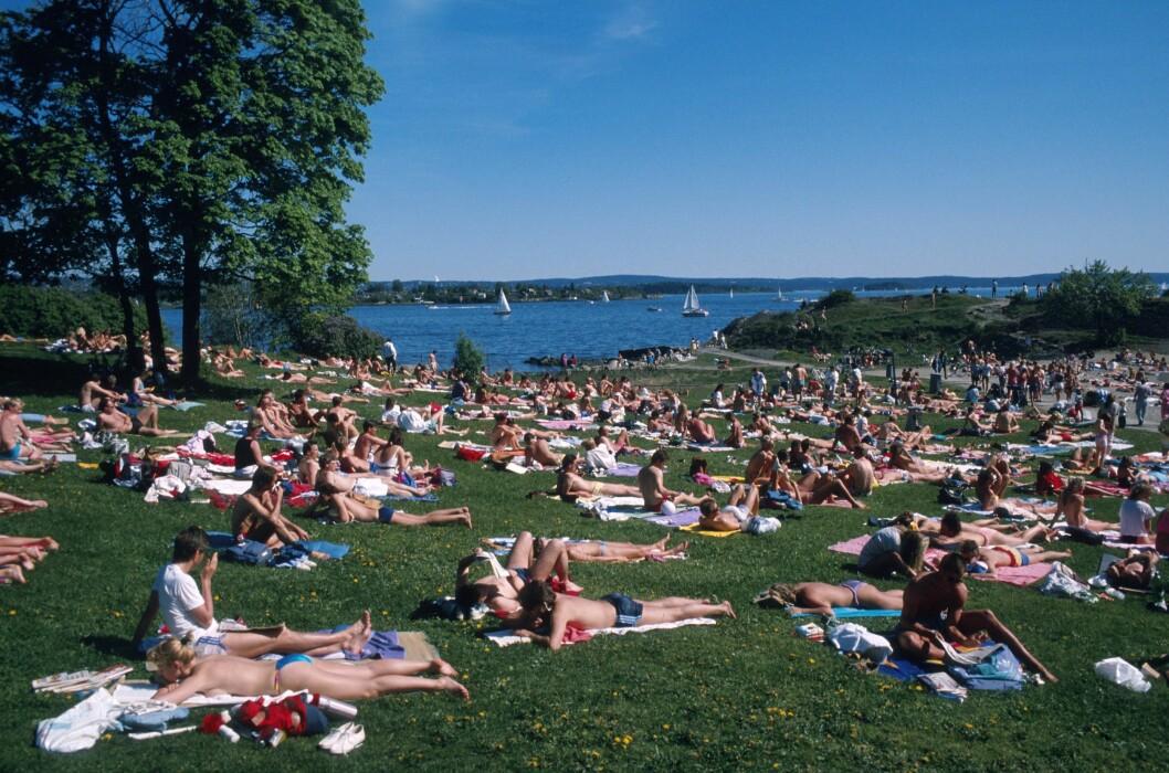 BESKYTT DEG: Nordmenn er glad i sol - noe du ser av dette bildet fra Huk på Bygdøy i Oslo. Men, det er viktig å beskytte seg, særlig mellom klokken ti og klokken 13.  Foto: Samfoto