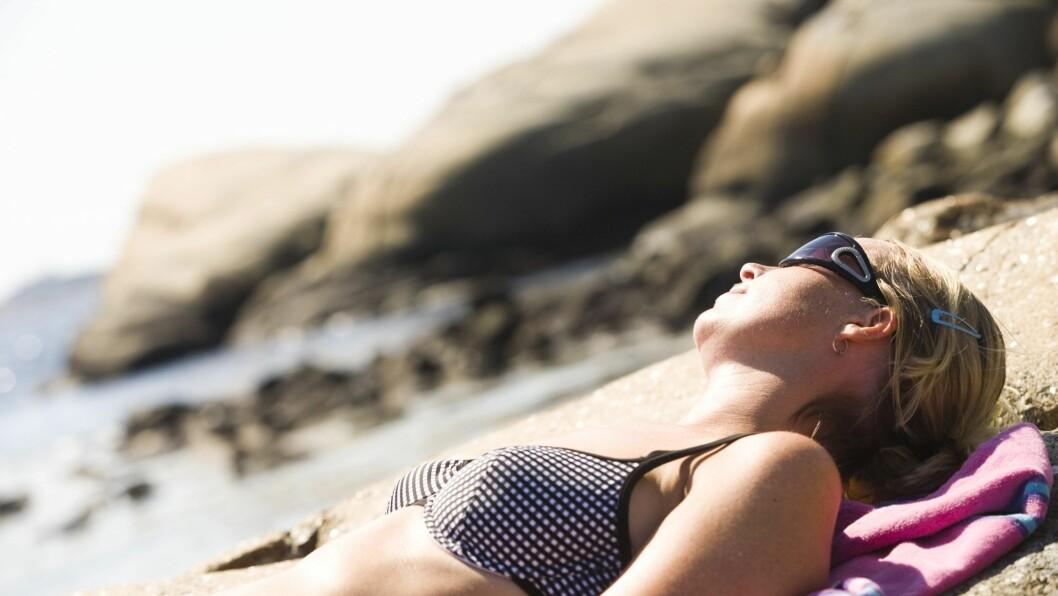 UNNGÅ SOL MIDT PÅ DAGEN: Det er viktig å være ute i sollyset, men du bør helst unngå å sole deg midt på dagen når solen er på sitt sterkeste. Foto: Samfoto