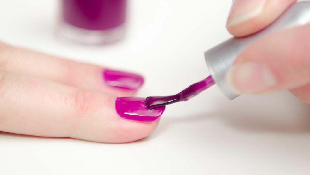 GULE NEGLER AV NEGLELAKK: Ser neglene dine litt gule, eller misfarget ut etter at du har hatt på neglelakk over en lengre periode? Sjekk hvorfor det kan skje i denne saken!