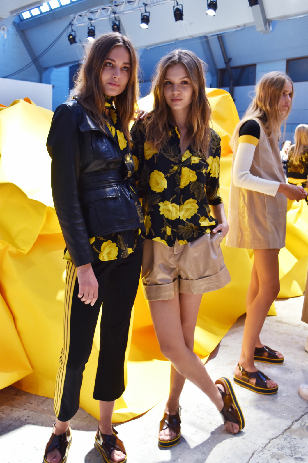 Nadja Bender til venstre går alt fra Chanel til Givenchy-visning. Idag hos Ganni åpnet hun showet med en lekker innsvinget skinnjakke som vi elsker.  Foto: Nathalie Helgerud
