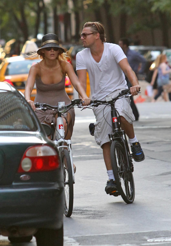 PÅ SYKKELTUR: Ekskjærestene Blake Lively og Leonardo DiCaprio. Foto: Splash News