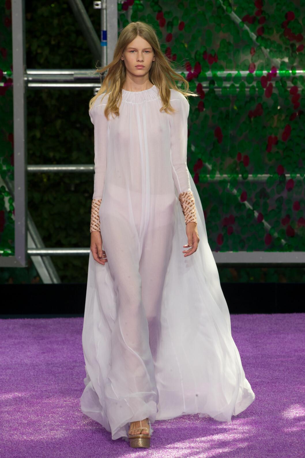 STARTET SHOWET: Sofia Mechetner (14) under Diors haute couture-visning. Foto: Abaca